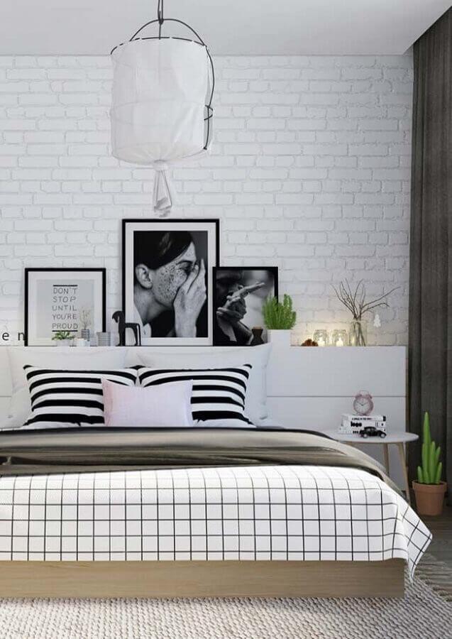 quadros com frases para quarto preto e branco com parede de tijolinho Foto Pinosy