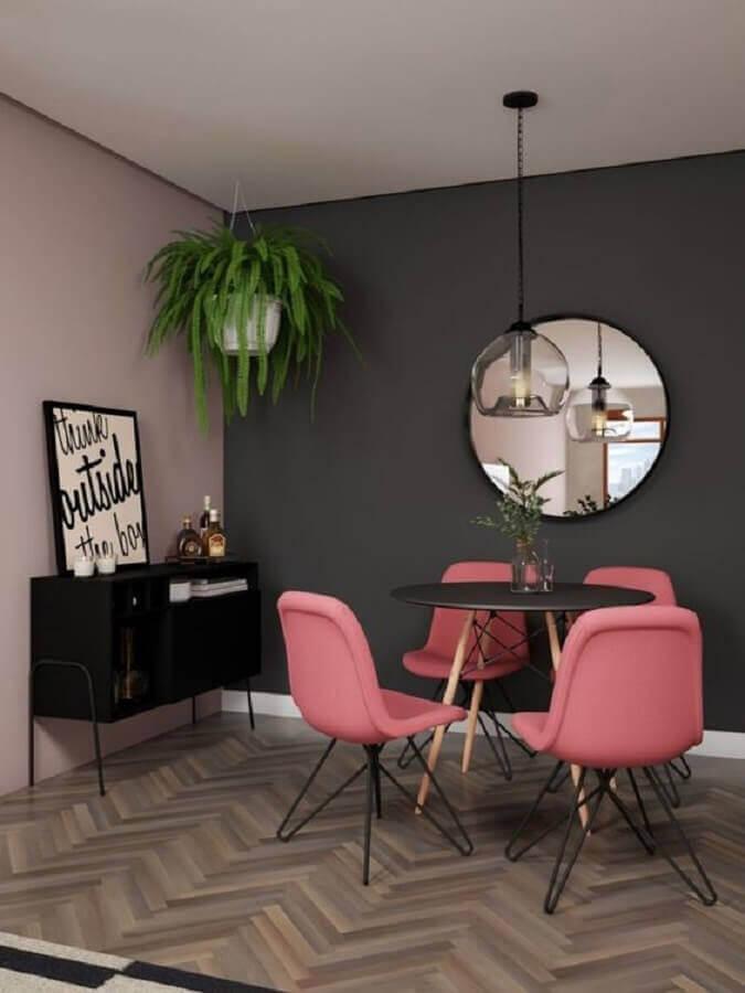 quadros com frases para sala de jantar decorada com cadeiras cor de rosa e espelho redondo Foto We Heart It