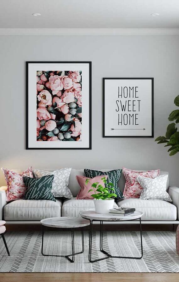 quadros com frases para sala decorada com almofadas coloridas Foto Wood Save