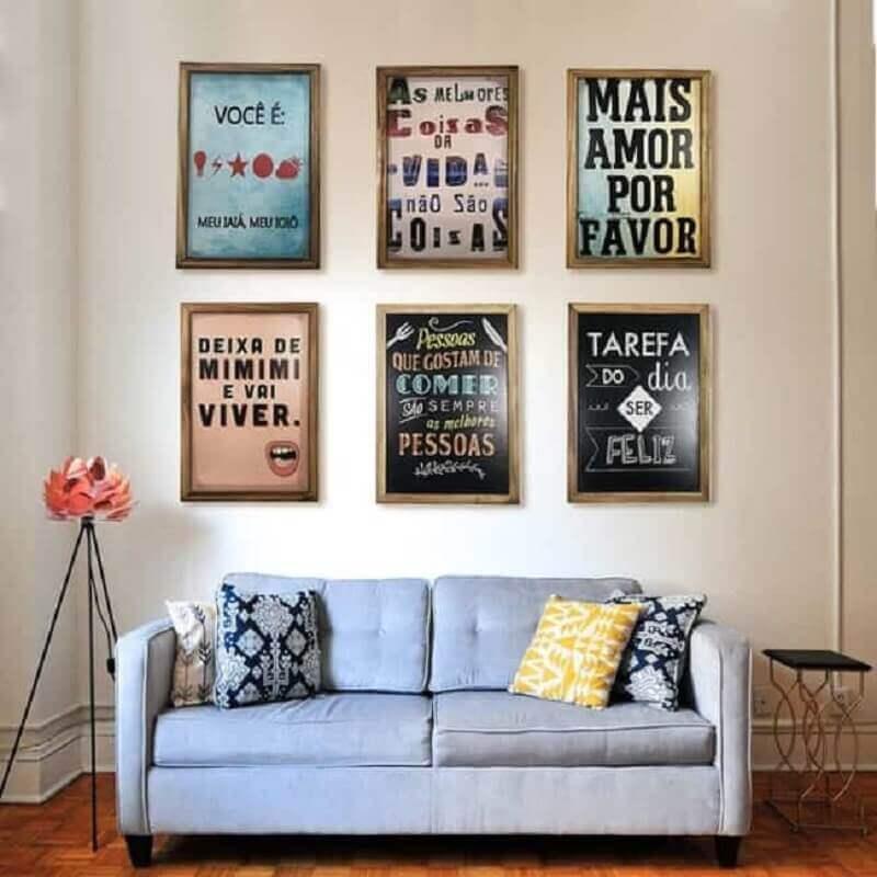 quadros com frases para sala simples com sofá cinza Foto Revista Artesanato