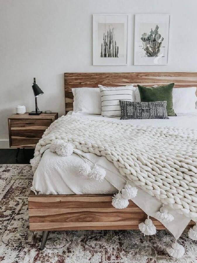 quadros de parede decorativos para quarto branco decorado com móveis de madeira Foto Home Fashion Trend