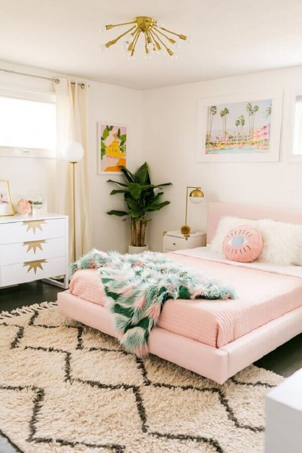 quarto branco decorado com jogo de cama na cor rosa pastel Foto A Beautiful Mess