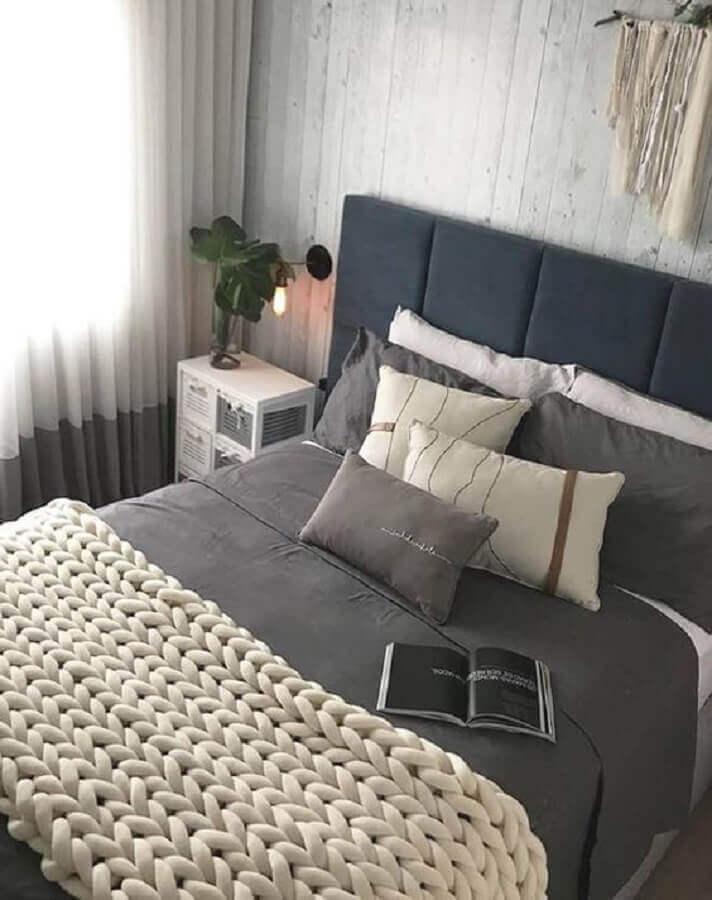 quarto cinza decorado com peseira trançada de tricô Foto Niw Home