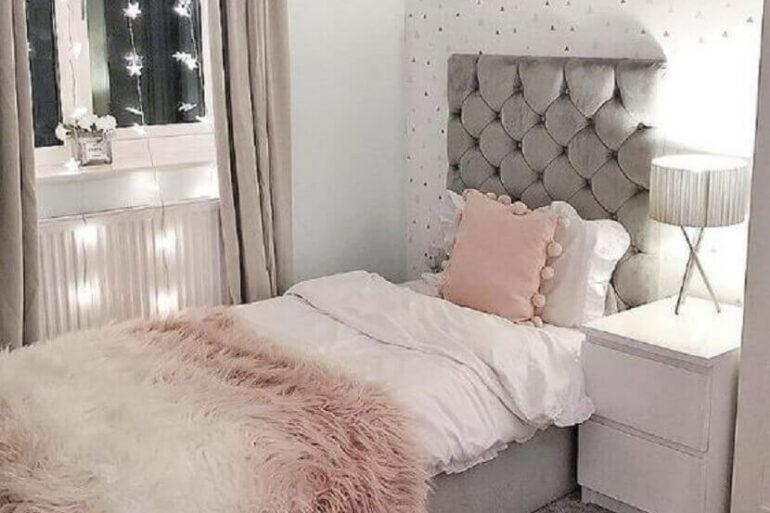 quarto cinza e rosa decorado com cabeceira solteiro estofada capitonê Foto HomeDecor