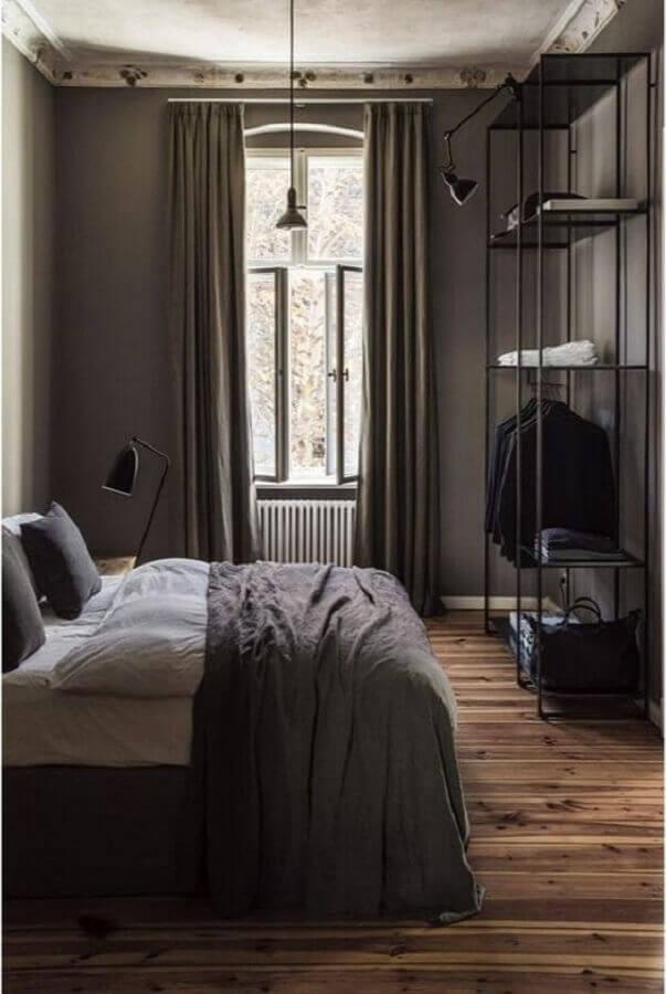 quarto cinza minimalista decorado com estante industrial preta Foto Pinterest