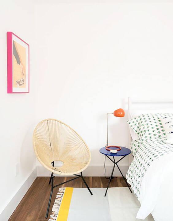 Quarto moderno com cadeira acapulco palha
