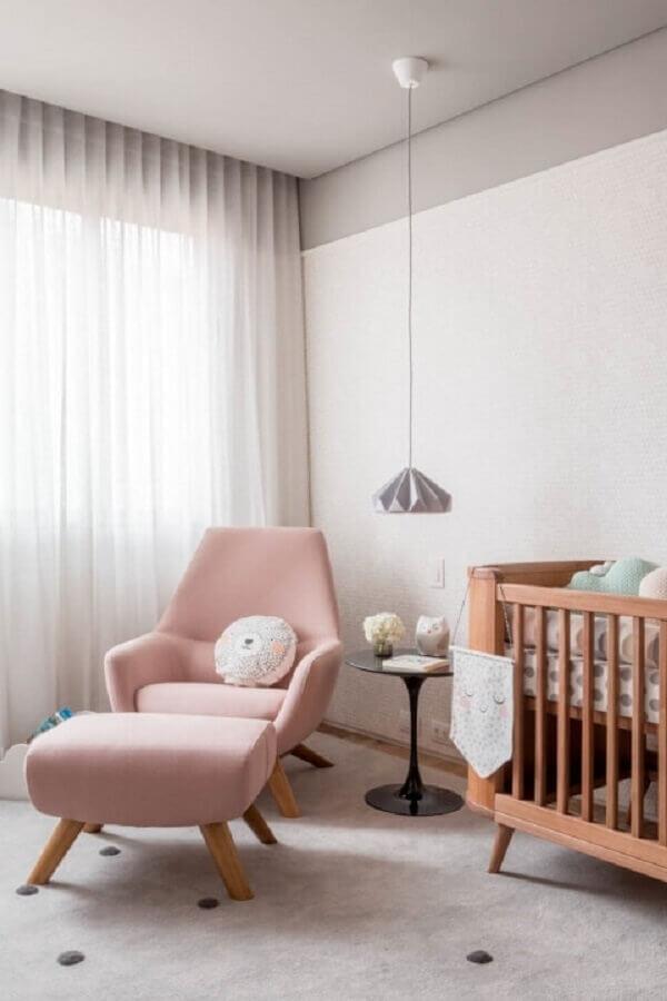 quarto de bebê decorado com berço de madeira e poltrona rosa pastel Foto Na Toca Design