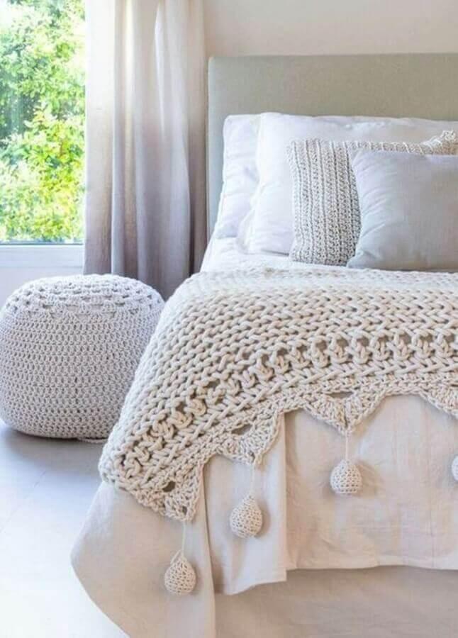 quarto de casal clean decorado com puff e peseira de crochê Foto Pinterest