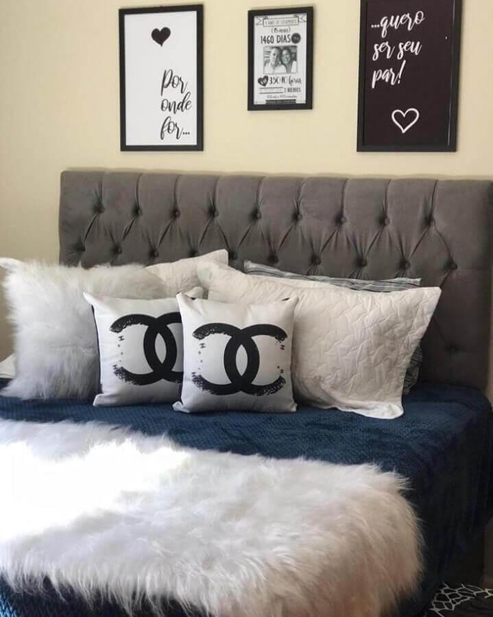 quarto decorado com cabeceira cinza e peseira de pelo branco Foto Pinterest
