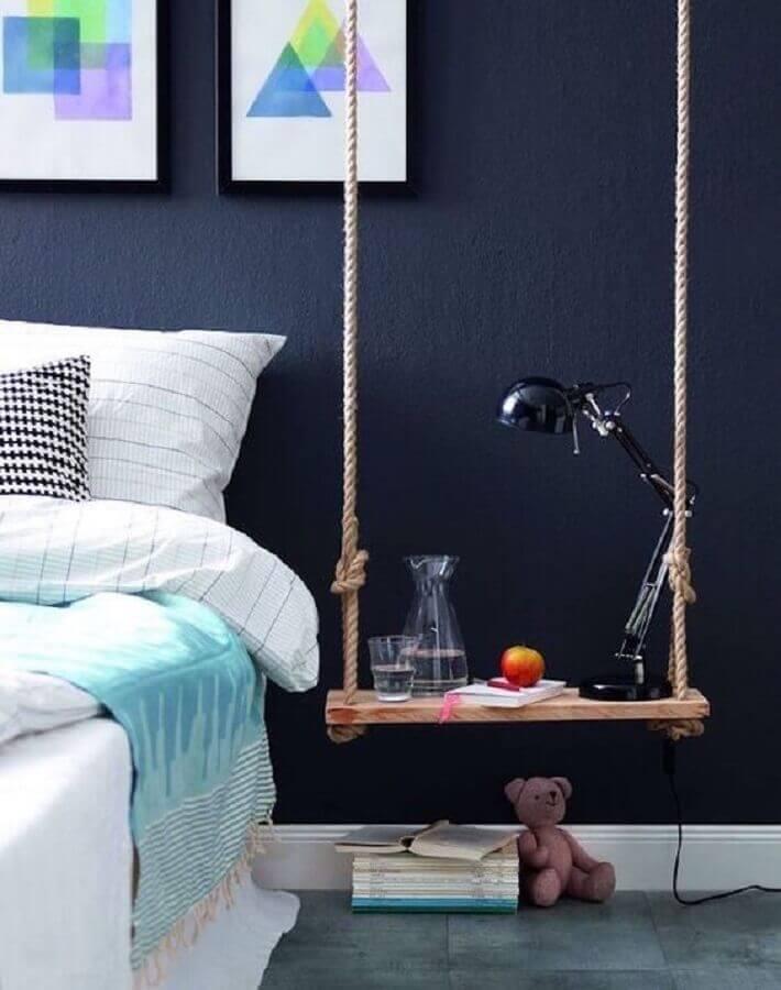 quarto decorado com criado mudo feito com prateleira suspensa com corda Foto Viajdno no Apê