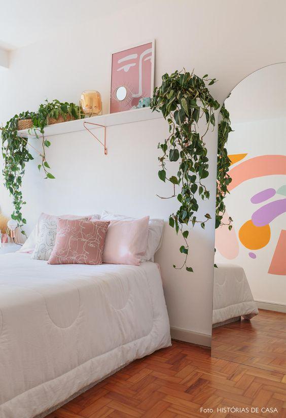 O quarto moderno também pode ter uma vasos de plantas jiboia na prateleira