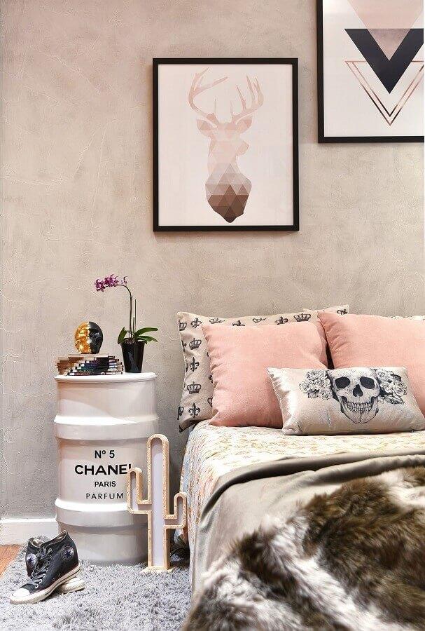 quarto feminino decorado com detalhes em rosa pastel e parede de cimento queimado Foto Tetriz Arquitetura
