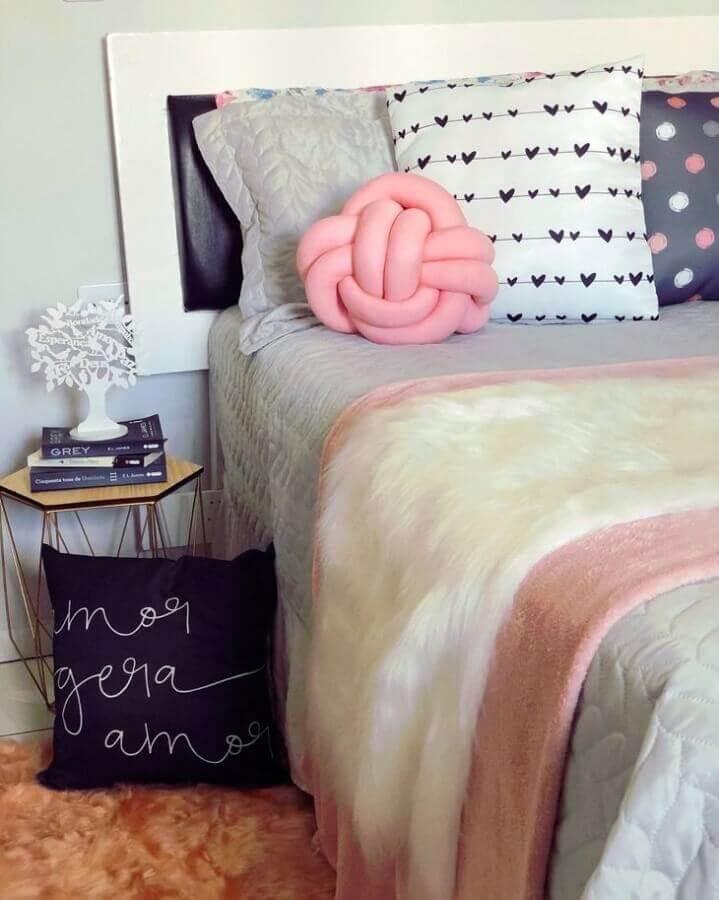 quarto feminino decorado com peseira de pelo branco e almofada nó rosa Foto Pinterest