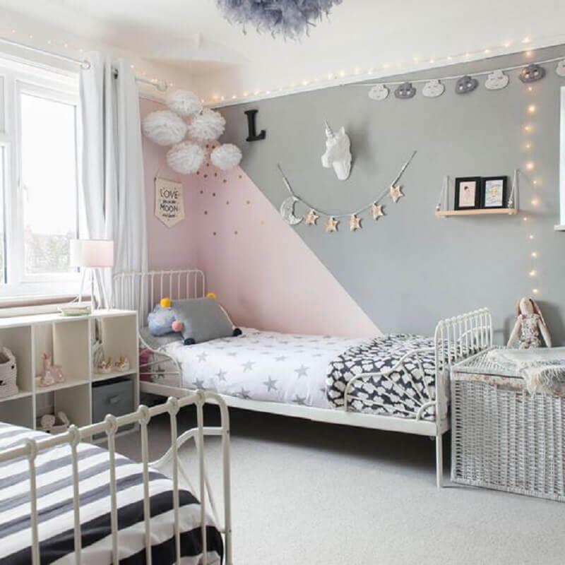 quarto infantil simples decorado na cor rosa pastel e cinza Foto Ideal Home