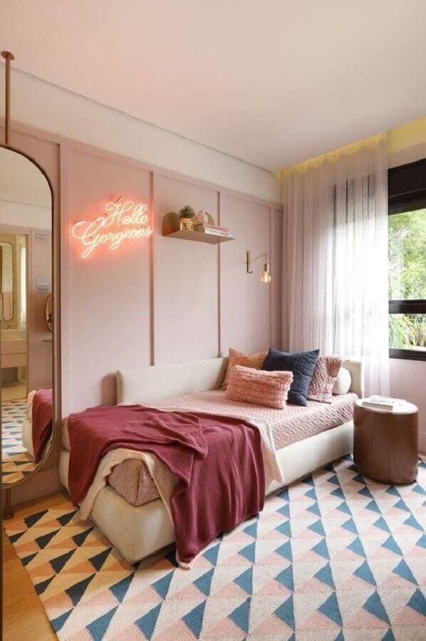 quarto rosa pastel decorado com tapete geométrico Foto Pinterest
