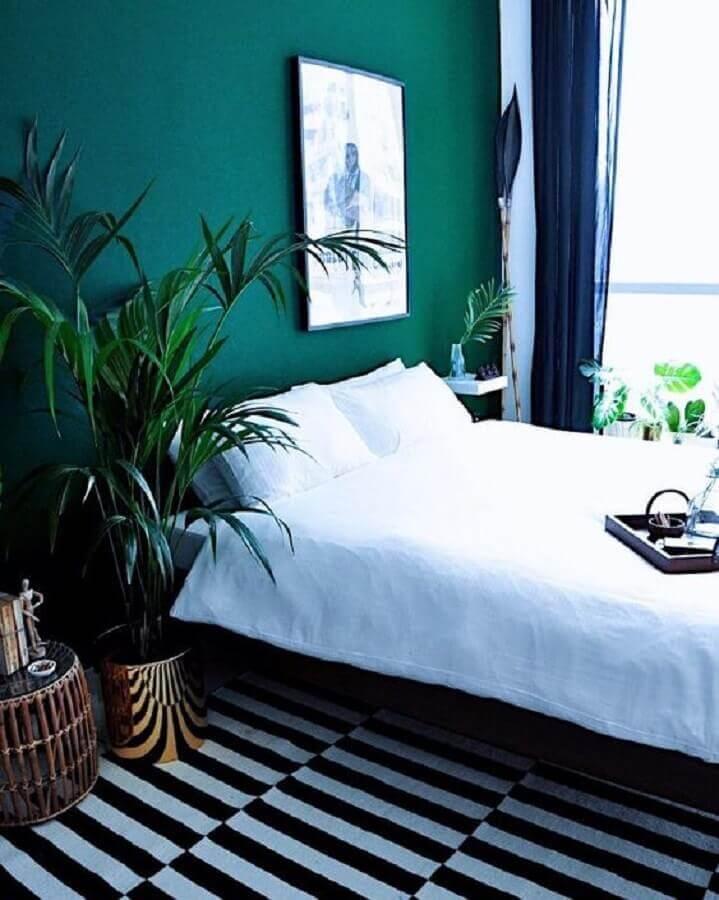 quarto simples decorado com parede verde esmeralda e tapete preto e branco Foto Femme Nouveau
