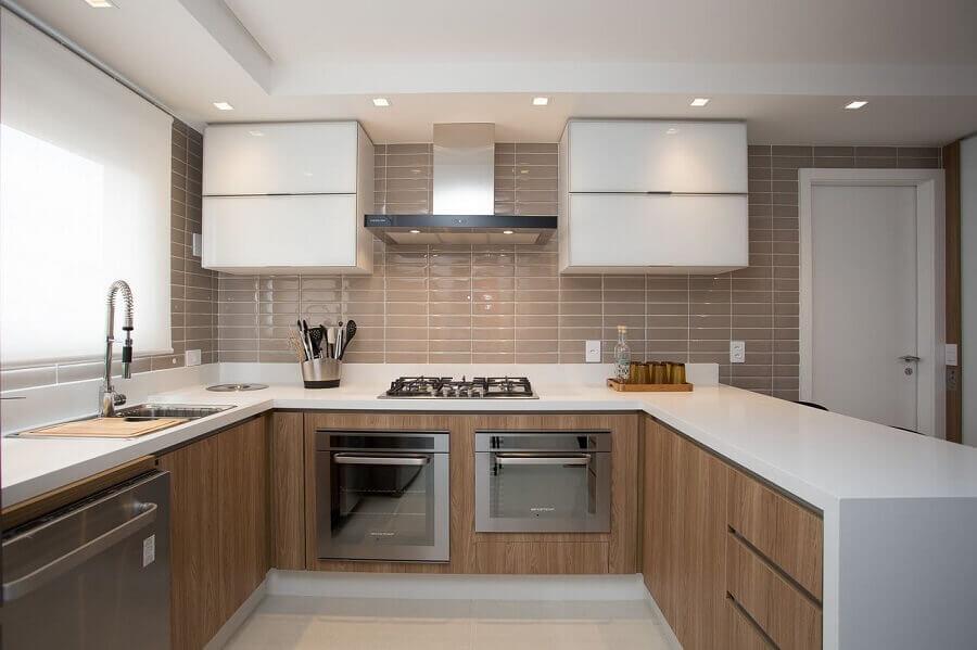 revestimento bege para cozinha em U com bancada branca e armários de madeira Foto Pinterest