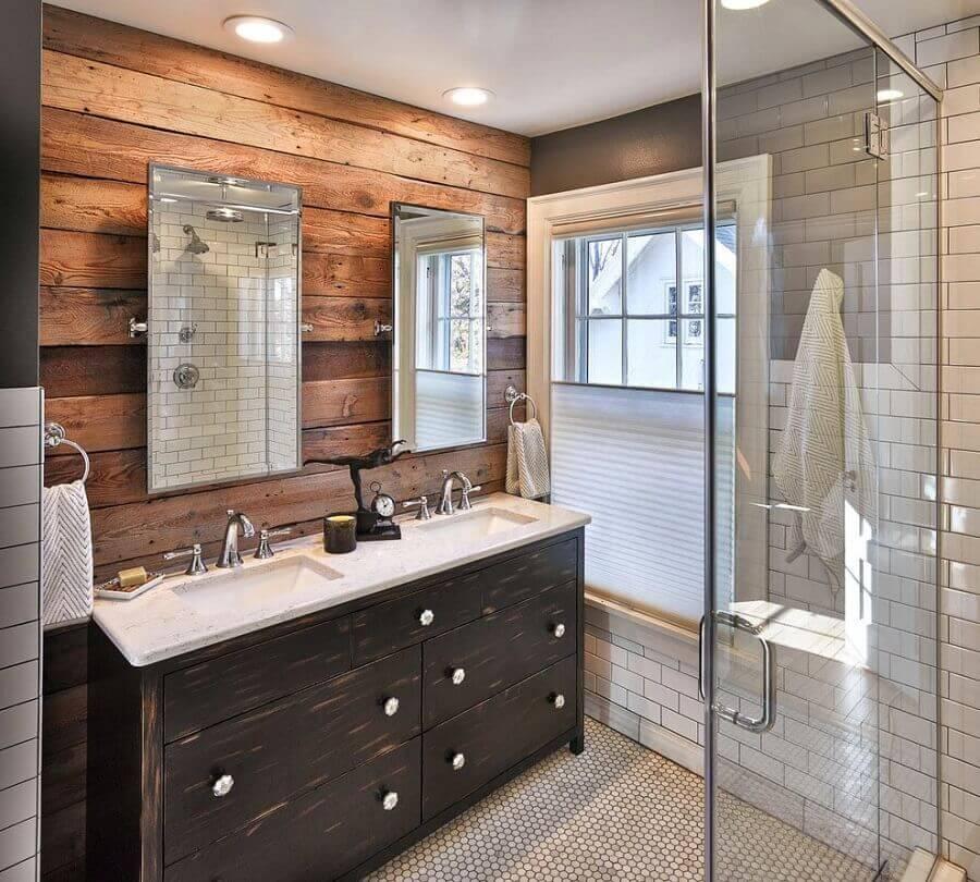 revestimento de madeira para decoração de banheiro rústico com gabinete em madeira escura Foto House & Living
