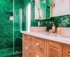 revestimento de parede verde esmeralda para banheiro decorado com gabinete de madeira  Foto Jeff Mindell