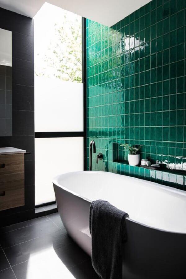 revestimento verde esmeralda para banheiro com banheira Foto Casa de Valentina