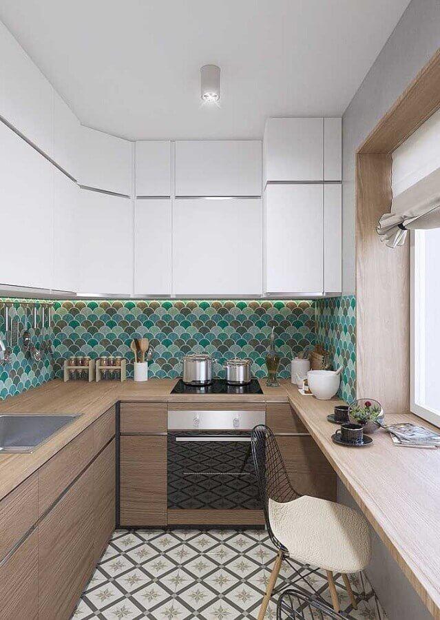 revestimento verde para cozinha planejada em U com bancada de madeira Foto Pinterest
