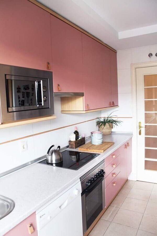 rosa tom pastel para armário de cozinha planejado com detalhes em madeira Foto Pinterest