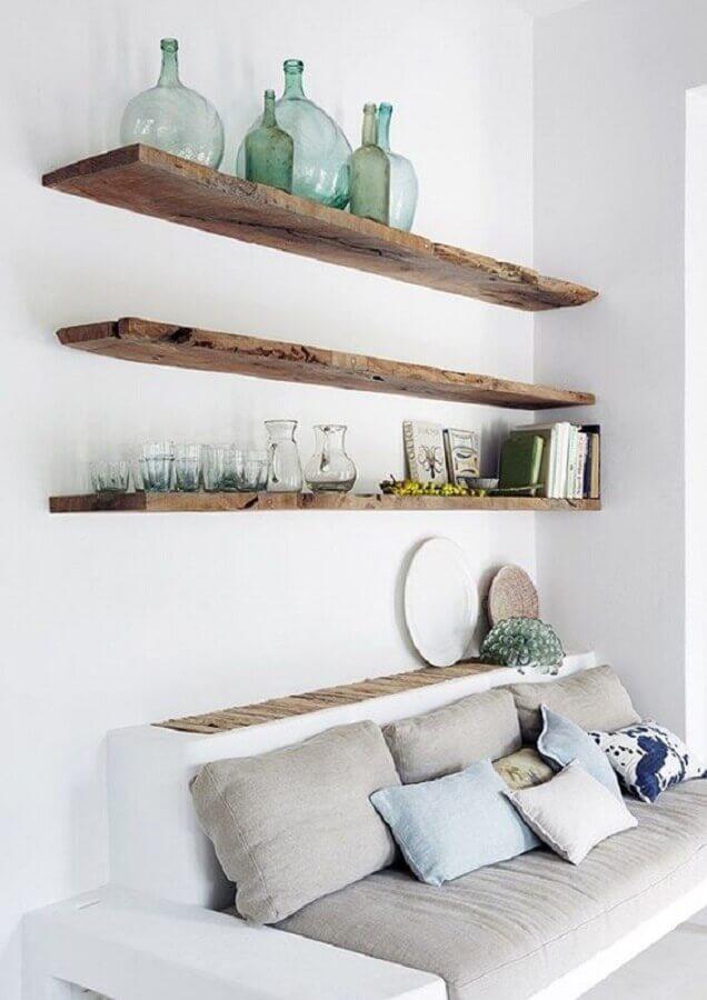 sala branca decorada com prateleira suspensa de madeira rústica Foto Futurist Architecture