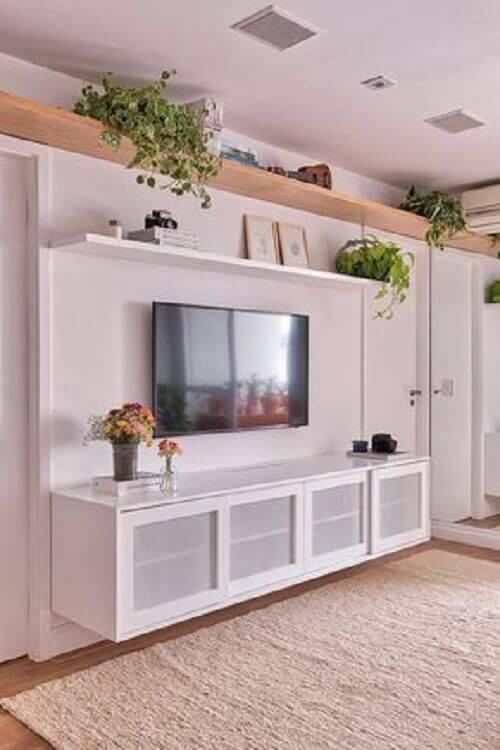sala branca decorada com rack e prateleira suspensa para sala Foto Casa de Valentina