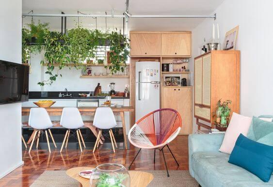 Sala com cadeira acapulco colorida