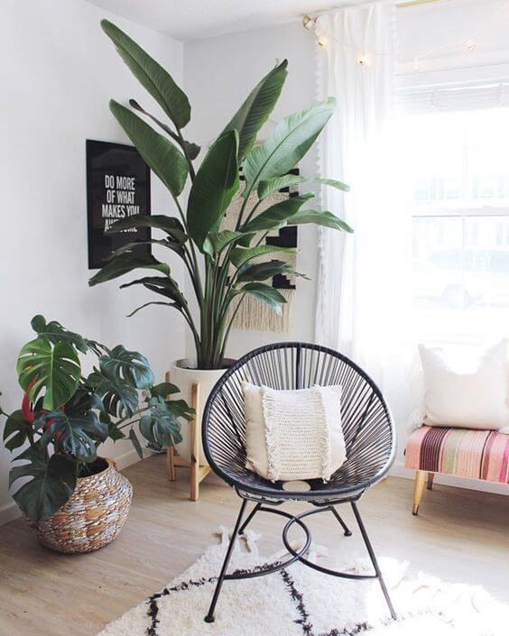 Sala com cadeira acapulco preta