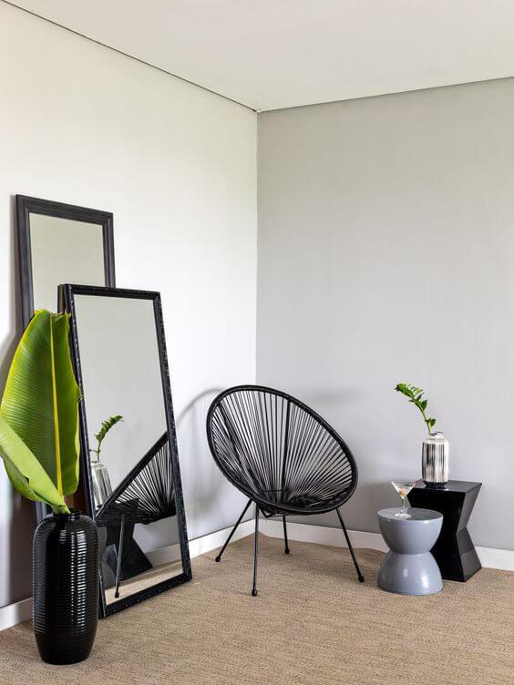 Sala com cadeira acapulco combinando com quadro