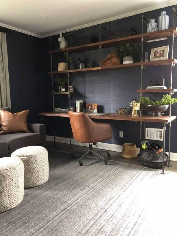 sala com home office decorada com estante industrial ferro e madeira Foto Soil & Oak