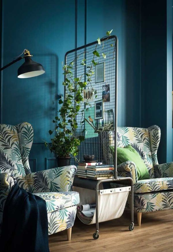 Sala colorida com vaso de planta jiboia na divisória moderna de ferro