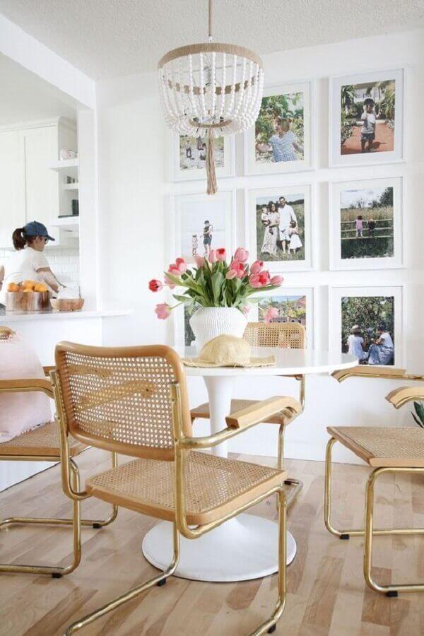 sala de jantar branca decorada com vaso com flores para mesa de jantar Foto Home Fashion Trend