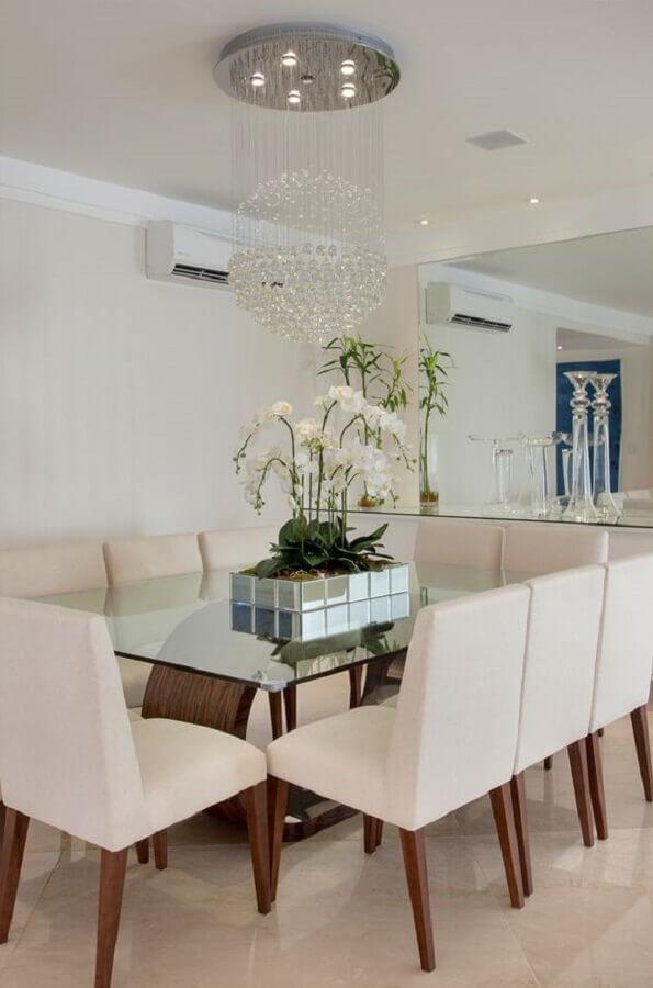 sala de jantar decorada com lustre de cristal e vaso com flores para mesa de jantar Foto Decor Salteado