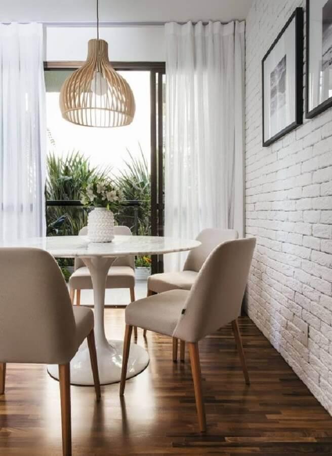 sala de jantar decorada com lustre rústico e vaso de flor para mesa de jantar Foto Pinterest