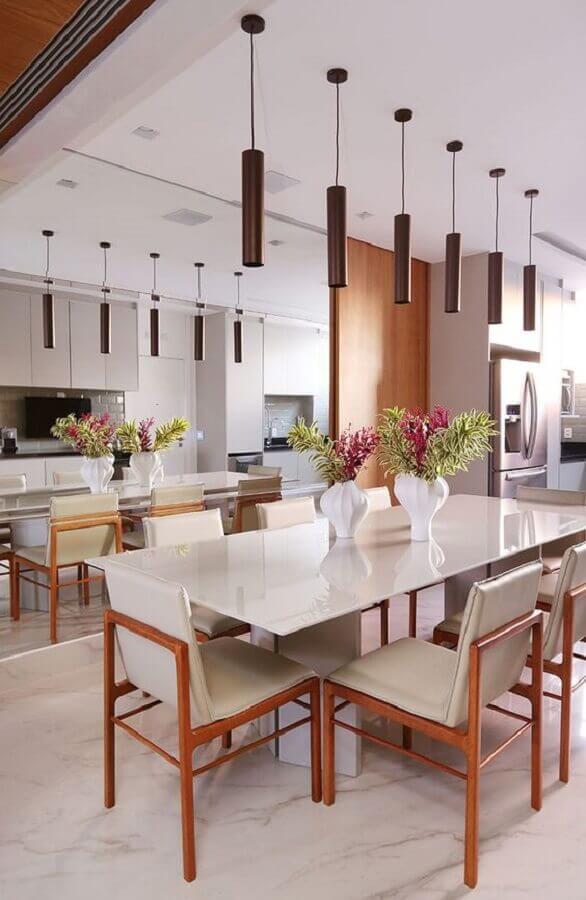 sala de jantar em tons neutros decorada com vasos decorativos para mesa de jantar Foto Casa de Valentina