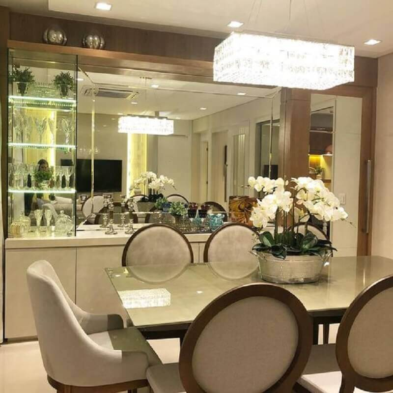 sala de jantar sofisticada decorada com vaso de flor para mesa de jantar Foto We Love It