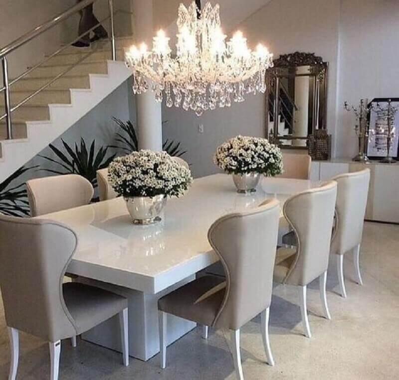 sala de jantar sofisticada decorada com vasos decorativos para mesa de jantar com flores brancas Foto Pinterest