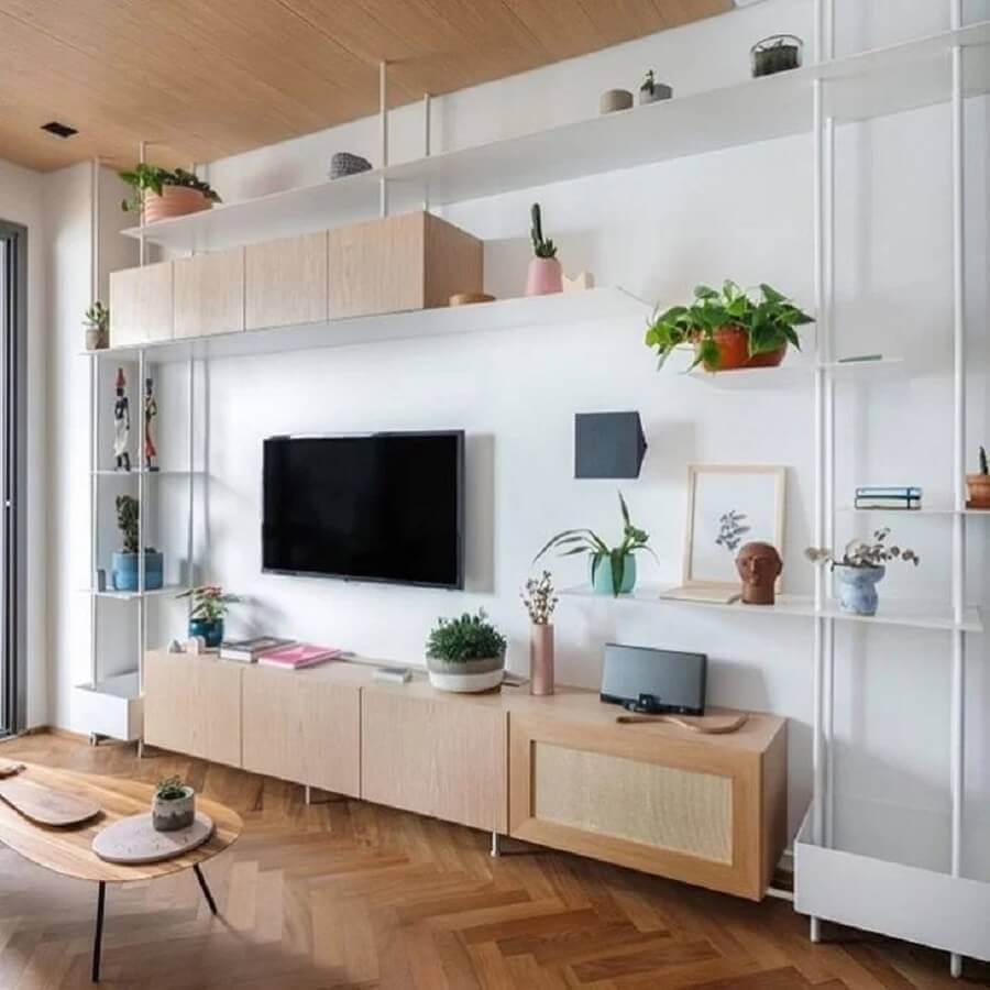 sala decorada com estante industrial branca e rack de madeira Foto Jullyana Rodrigues