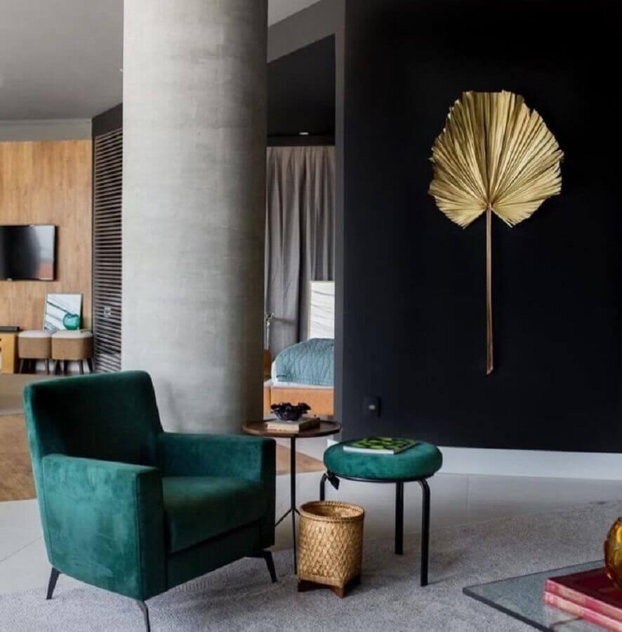 sala decorada com parede preta e poltrona verde esmeralda Foto Lucas Barbosa