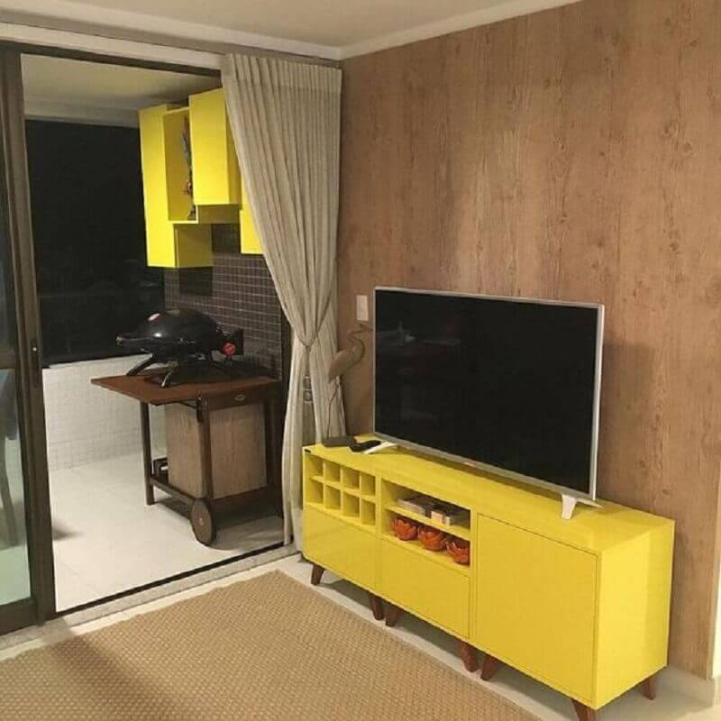 sala decorada com rack retrô amarelo Foto Pinterest