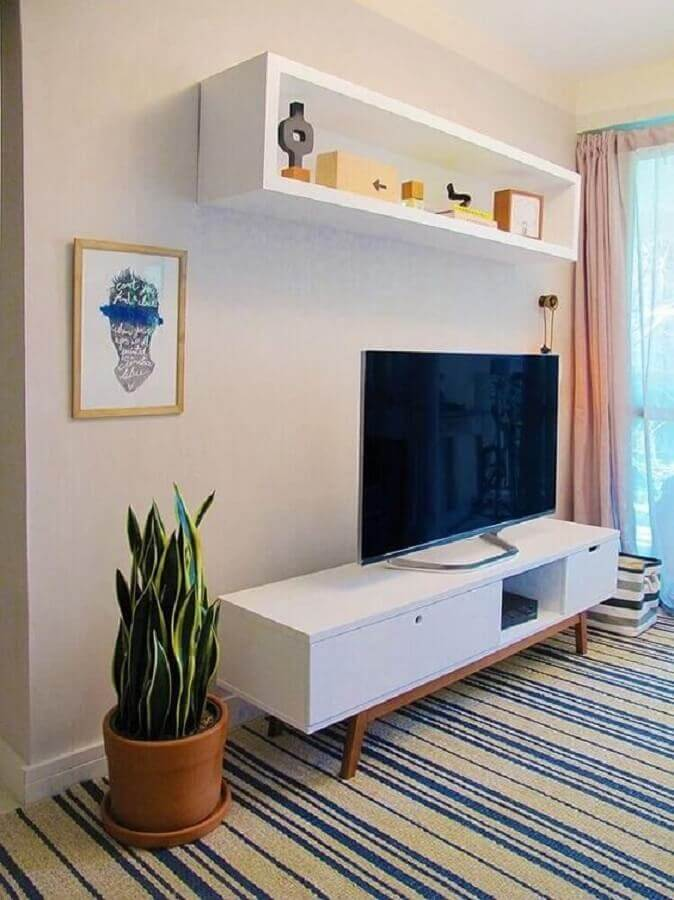 sala decorada com tapete listrado e rack retrô off white Foto Pinterest