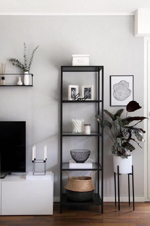 sala minimalista decorada com estante industrial preta preta Foto Petra Taguls