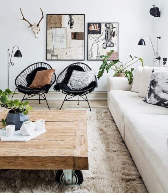 Sala moderna com cadeira acapulco preta e almofadas neutras