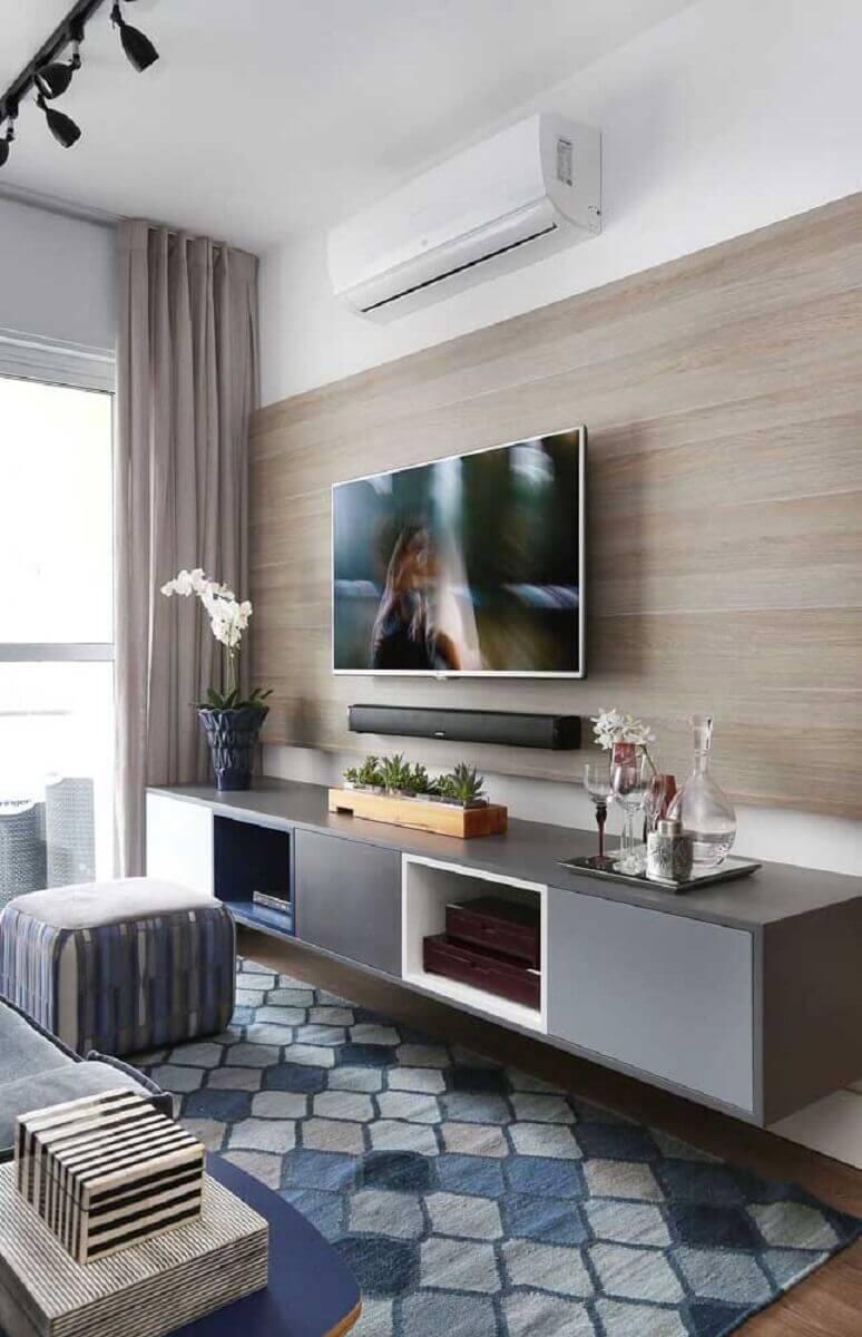 sala moderna decorada com rack suspenso e painel de madeira Foto Pinterest