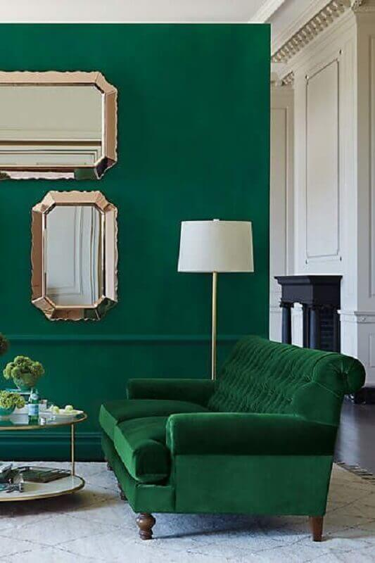 sala sofisticada decorada com parede e poltrona verde esmeralda Foto Pinterest