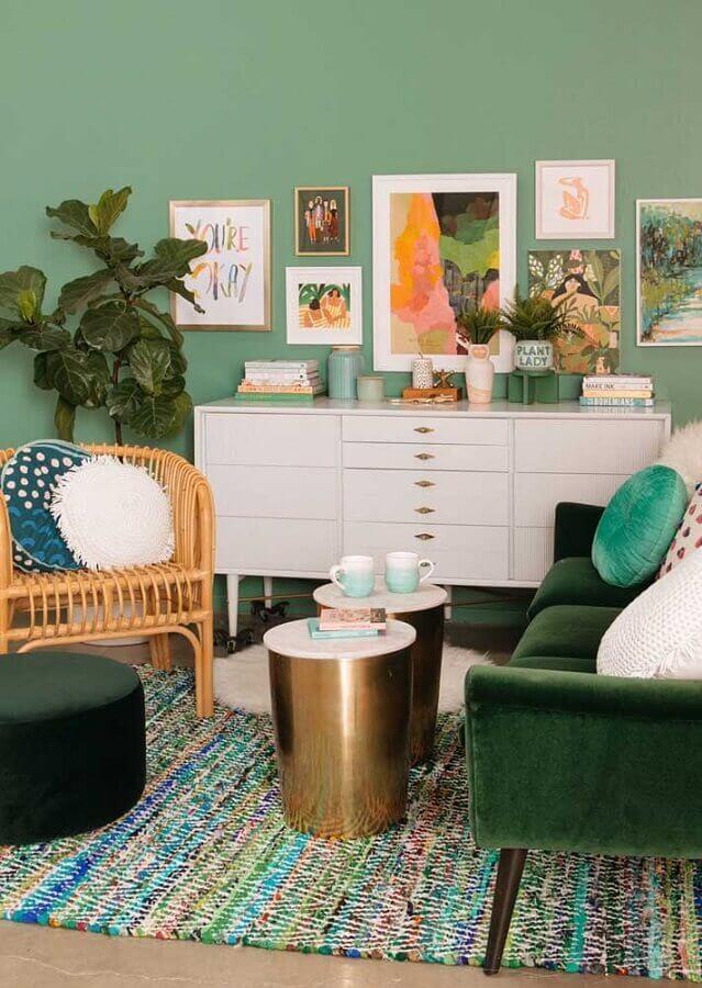 sala verde decorada com poltrona de vime Foto Pinterest
