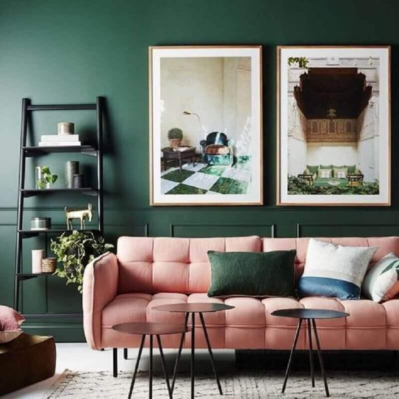 sala verde decorada com sofá rosa Foto Pinterest