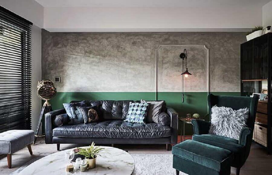 sala verde e cinza decorada com parede de cimento queimado Foto White Interior Design